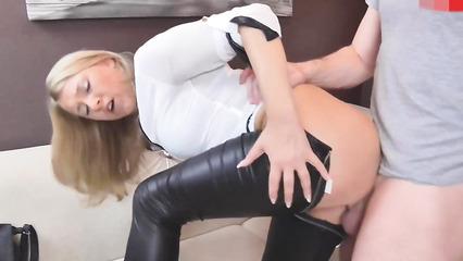 Сладкая блондинка спустила штаны и получила член в киску