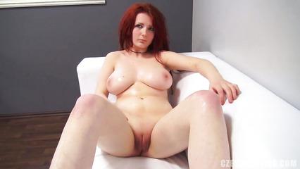 На порно кастинге рыжеволосая сучка с большой грудью