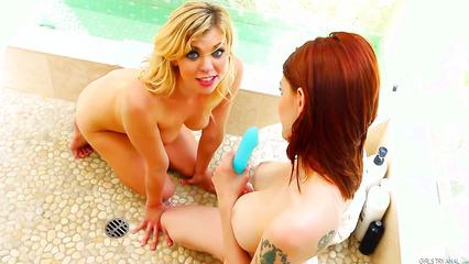 Лесбийские развлечения блондинки и рыженькой красотки
