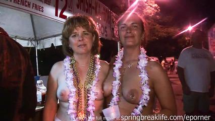Паренек снимает на камеру как женщины на фестивале показывают грудь