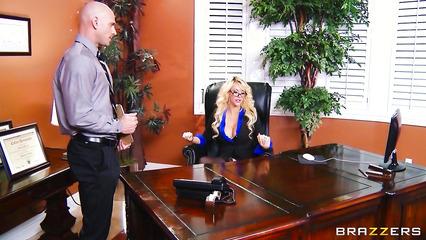 Сексуальная блондинка в роли директора трахается со своим лысым подчиненным