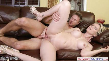 Блондинка с большой грудью занимается жгучим сексом с соседом