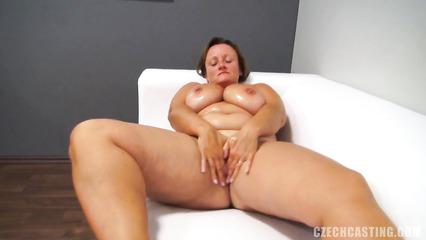 Толстая и зрелая тетка отсасывает на кастинге и занимается сексом от первого лица