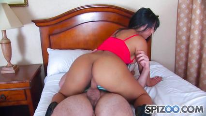 Латиноамериканская танцовщица подрабатывает проституткой