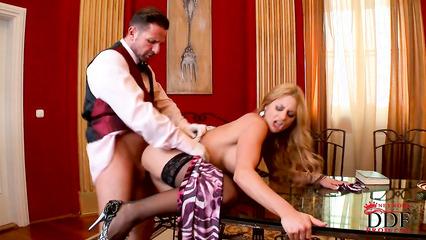 Блондинка в черных чулках занимается жгучим сексом с барменом