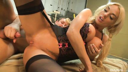 Умопомрачительная блондинка ублажила чувака на рабочем месте