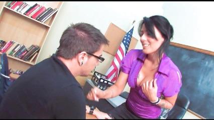 Преподавательница соблазнила на секс студента в очках