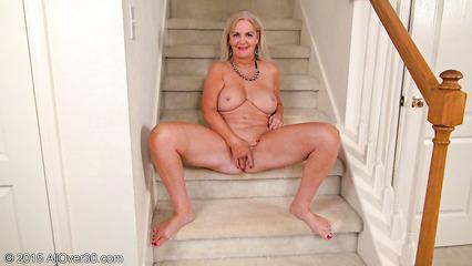 Баба трет вагинальную дыру на ступеньках