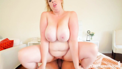 Толстая блондинка оседлала пенис накачанного чувака