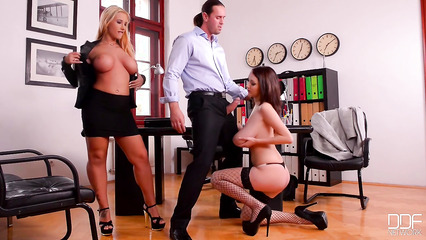 Деловой мужчина развлекается в офисе с сиськастыми телками