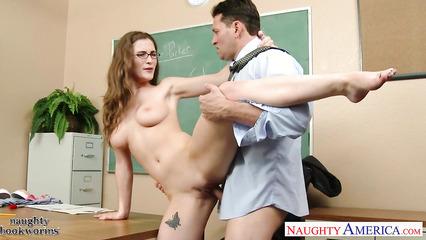Студентка целиком и полностью отдалась преподавателю