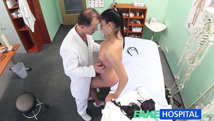 Секс темноволосой пациентки и зрелого врача на камеру