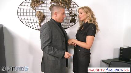 Офисный секс с блондинистой ухоженной секретаршей
