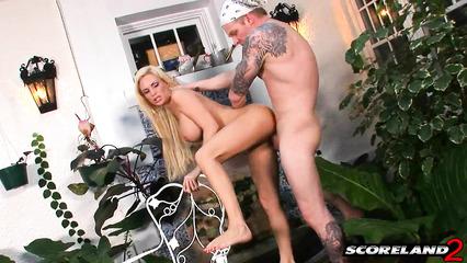 Длинноволосая блондинка трахнулась с парнем в саду