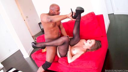 Чернокожий самец отодрал европейскую милашку на диване