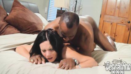 Домашний секс горячей брюнетки и темнокожего парня