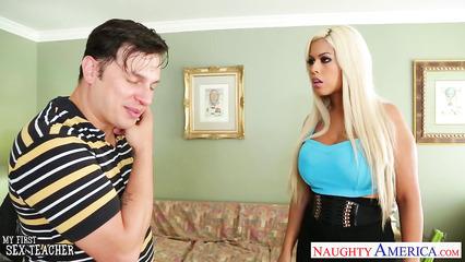 Гламурная блондинка легко соблазнила парня на секс