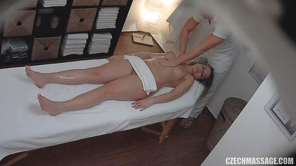 Парень делает массаж милой девушке перед скрытой камерой