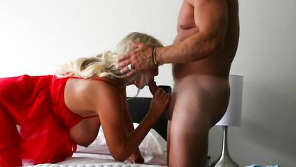 Домашний половой акт с бабенкой с большими дойками