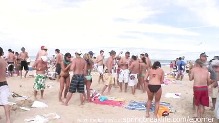 Развратные пьяные студентки развлекаются на пляже