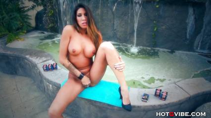 Татуированная сучка мастурбирует вагинальную дырку возле бассейна