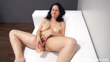 Толстая брюнетка в возрасте расслабилась на кастинге на диване
