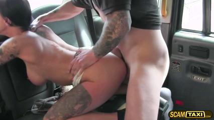 Расплатилась с таксистом анальной дыркой на заднем сидении
