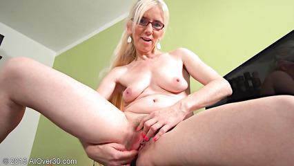 Старая блондинка мастурбирует пизду у себя в кабинете