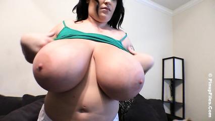 Темноволосая толстушка с очень большими натуральными дойками