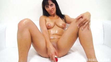 Намасленная брюнетка мастурбирует влагалище на порно кастинге