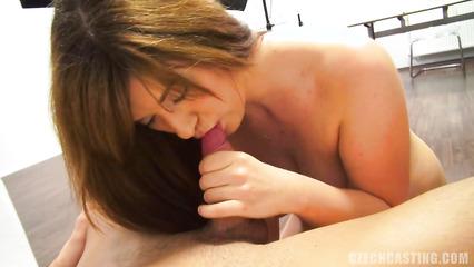 Брюнетка с волосатой пизденкой трахнулась на порно кастинге