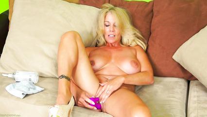 Взрослая блондинка поигралась со своим влагалищем на диване