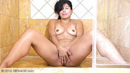 Взрослая восточная бабенка мастурбирует вагину в душе