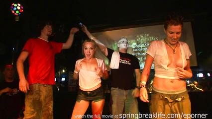 Пьяные телки демонстрируют свои прелести на вечеринке