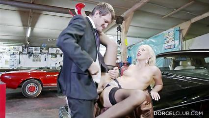 Блондинку в сексуальных чулках ебут на капоте авто