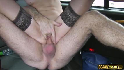 Горячая брюнетка в черных чулках сношается с таксистом