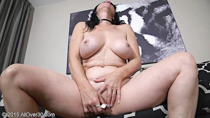 Брюнетка в возрасте мастурбирует и удовлетворяется