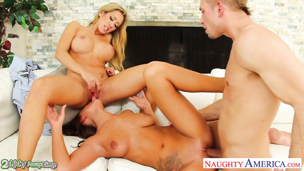 Секс с двумя блондинками на природе