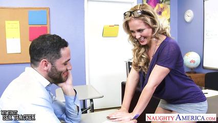 Преподавательница в юбке соблазнила бородатого студента