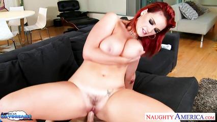 Эффектная девушка с шикарной грудью садится на пенис