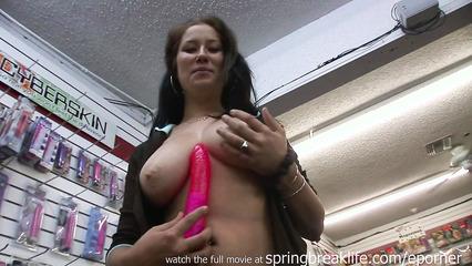 Темноволосая потаскушка с большими сиськами в секс шопе