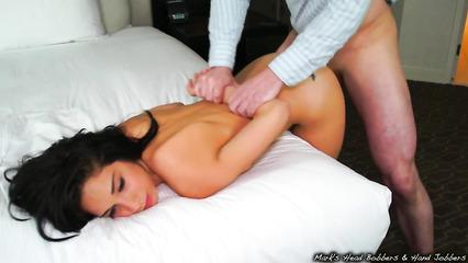 Сексапильную брюнетку ставит раком и дрючит во влажную киску