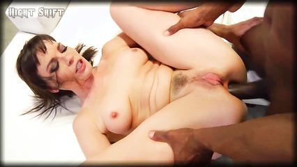 Анальный секс темнокожего паренька и откровенной брюнетки