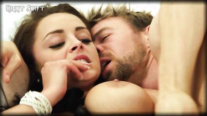 Мужчина жарит в попочку девушку с большими грудями
