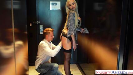 Парень пришел в гости к умопомрачительной девушке легкого поведения