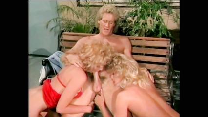 Старое порно с двумя светловолосыми развратницами