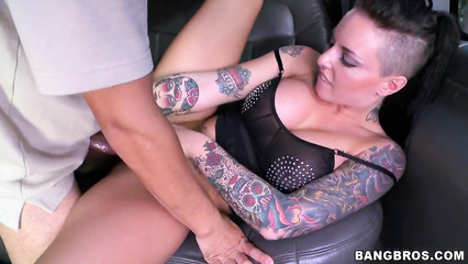 Соблазнительница в татуировках трахнулась в автомобиле