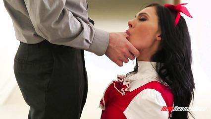 Парень запихивает большой член в красивую киску милой девушки