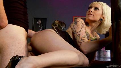 Татуированная блондинка обрадовалась вагинальному соитию