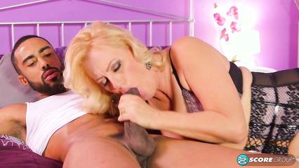 Старая блондинка трахнулась со смуглым парнем на кровати